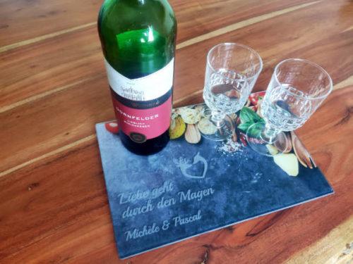 Glas Schneidebrett mit Weinflasche