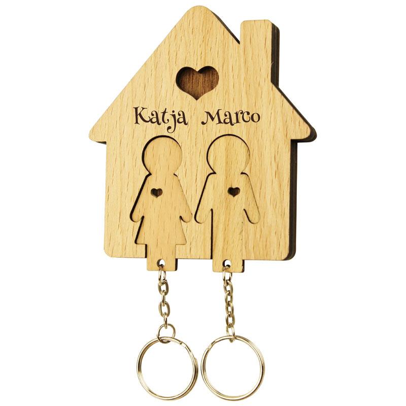 Schlüsselbrett mit Schlüsselanhänger und Gravur